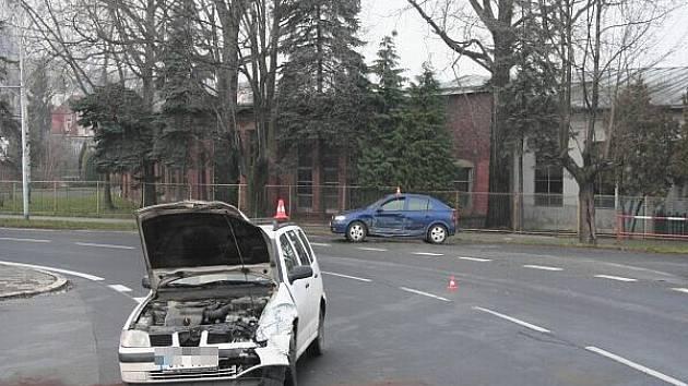 Nabouraný Opel i Seat, takový pohled se naskytl nejen zasahujícím policistům a hasičům na Bruntálské ulici v Krnově.
