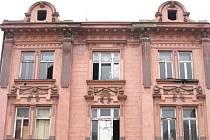 Krnovský dům na Opavské ulici se nechvalně proslavil v roce 2008, když se v něm vana z prvního patra zřítila do obýváku v přízemí. Zdá se, že konečně získal zodpovědného majitele.