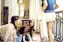 Yveta Kornová ve filmu Housata vytírala podlahu internátu. Krnovská budova na rohu Soukenické a Hlubčické ulice, ve které se scény z internátu natáčely, i po pětatřiceti letech stále slouží jako internát.