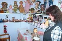 Stoletá panenka vypadá stále jako ze škatulky, protože o ni vzorně pečuje Miroslava Vroblová z Úvalna. Stejně jako o stovky dalších panenek, které sbírá a vystavuje.