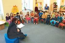 O statečném policistovi Honzíkovi. První pohádku z knížky dětem přečetla bruntálská policistka Pavla Jiroušková (vlevo).