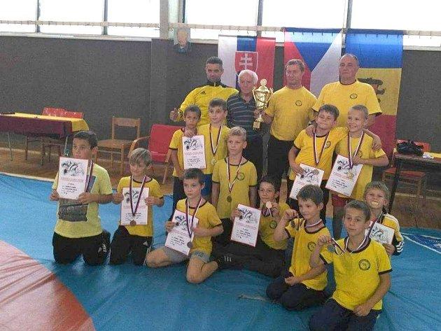Dvanáct medailí přivezlo dvanáct nladých zápasníků Krnova z Trenčína.