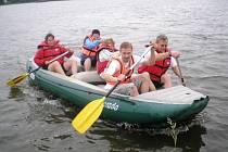 Jednou z velice oblíbených a hlavně netradičních desetibojařských disciplín Zlatého desetiboje je i raft s pětičlennou posádkou, který se pravidelně uskutečňuje na Petrově rybníku.