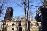 Kostel v Pelhřimovech byl opuštěná ruina se zřícenou střechou, když ho církev darovala Hnutí Duha. Kostel se podařilo zachránit, a díky tomu se do Pelhřimov vrací život.