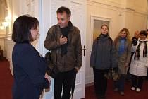 Ladislav Steininger z hostitelské školy představil své kolegy starostce Krnova Renatě Ramazanové.