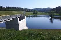 Suchá nádrž Jelení chrání Karlovice.
