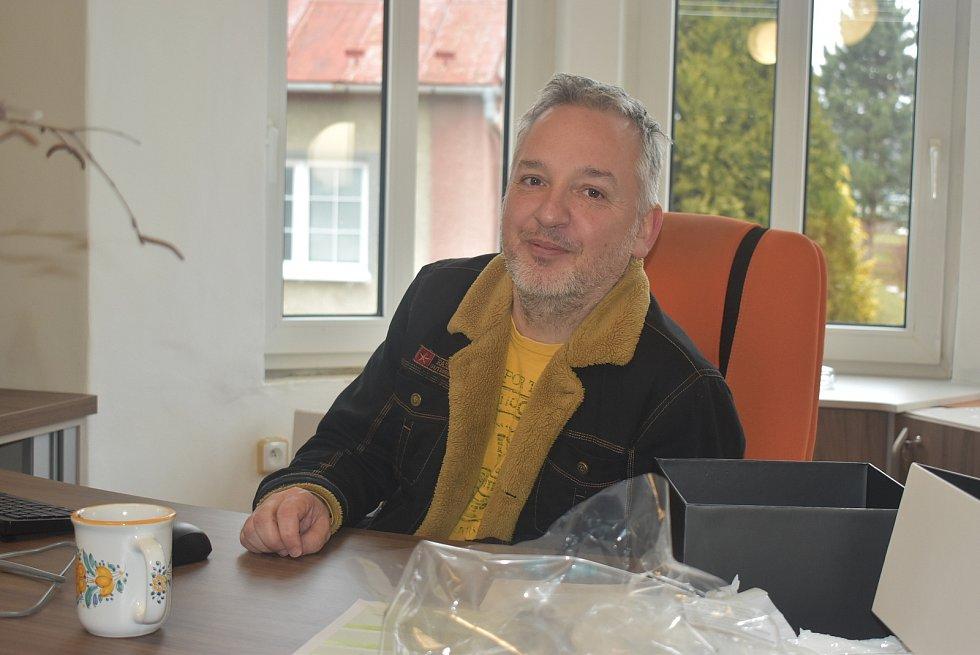Starosta Úvalna Radek Šimek přivítal návštěvu z Deníku ve své nové kanceláři, kde se teprve zabydluje.