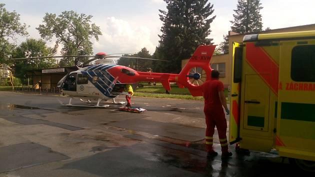 Vrtulník Letecké záchranné služby LZS Ostrava přistál na hřišti přímo ve Vrbně pod Pradědem, aby pacienta s infarktem transportoval na koronarografii do Ostravy.