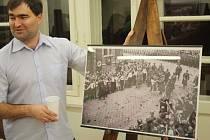 Flemmichova Vila až do 18. února hostí výstavu historických pohlednic, na kterých je zachycena také návštěva Adolfa Hitlera v Krnově  7. října 1938. Ve stejný den před 80 lety zemřel slavný krnovský architekt Leopold Bauer.