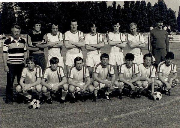 VDOBĚ AKTIVNÍ KARIÉRY. Antonín Hudský vdresu Krnova (dole čtvrtý zleva).