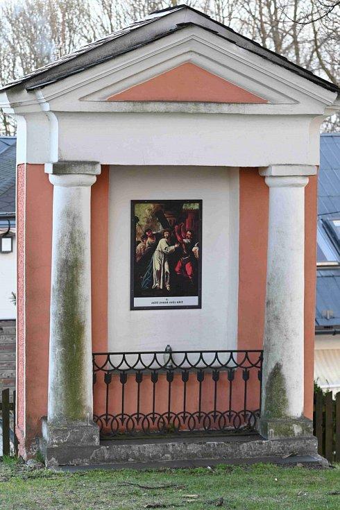 Empírové kaple křížové cesty v okolí kostela