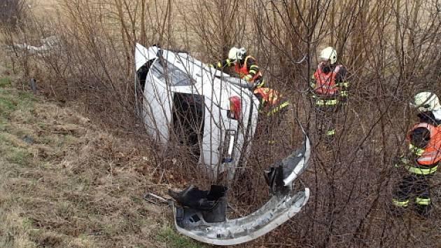 K nehodě BMW s těhotnou ženou vyjela v úterý okolo půl jedenácté dopoledne jednotka Hasičského záchranného sboru Moravskoslezského kraje ze stanice v Krnově a jednotka dobrovolných hasičů z Města Albrechtic.