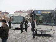 Elektrobus a dva další nízkopodlažní autobusy slavnostně předali ve středu 18. ledna představitelům vedení města zástupci společnosti Arriva Morava, která MHD v Krnově provozuje.