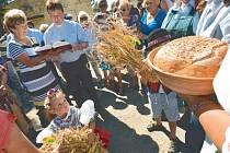 Na dožínkách ve Slezských Rudolticích nemohly chybět kroje, obilí a pořádný pecen voňavého chleba.
