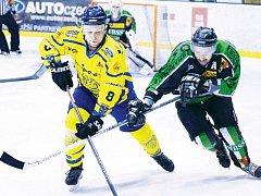 Krnov zvítězil ve čtvrtém derby. Na snímku bojuje domácí kapitán Pavel Michálek (vlevo) s hornobenešovským hokejistou Radkem Hejhalem.
