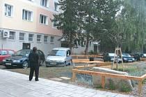 Upravený vnitroblok má sloužit obyvatelům k posezení a parkování aut.