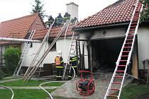 Požár dvojgaráže u rodinného domu v Zátoře Loučkách. Na místě zasahovalo šest hasičských jednotek.