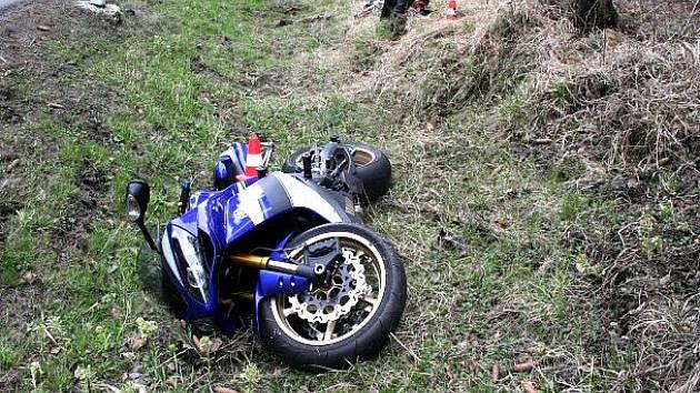 V příkopu skončil motorkář nedaleko Staré Vsi.