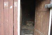 Latrína na nádraží v Bohušově není tak často využívaná jako ta na osoblažském nádraží, ale zase si uchovala svůj původní vzhled. Místo moderního plastového prkýnka nabízí jen dřevěný dekl.