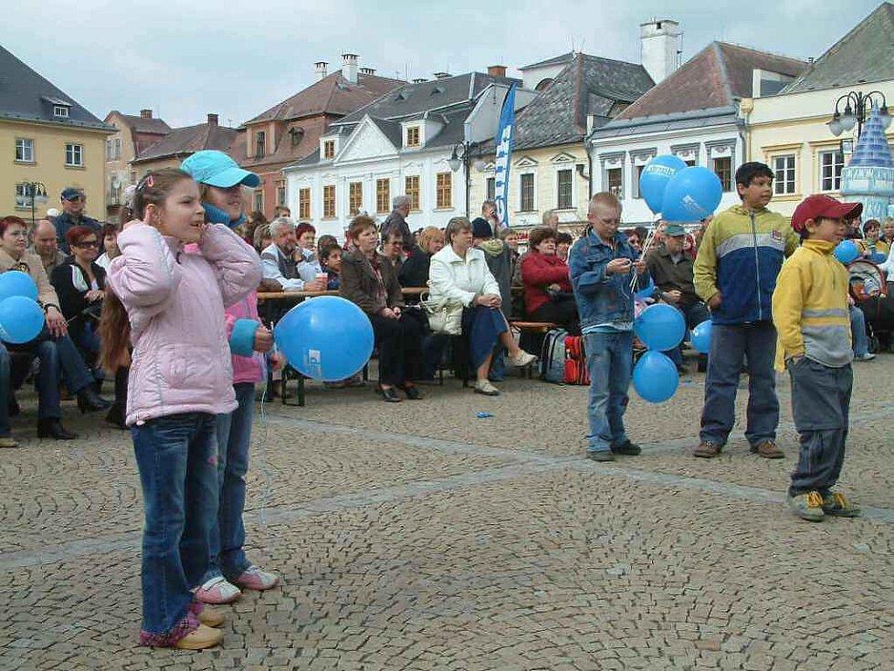 Bruntálské náměstí se brzy zaplnilo.