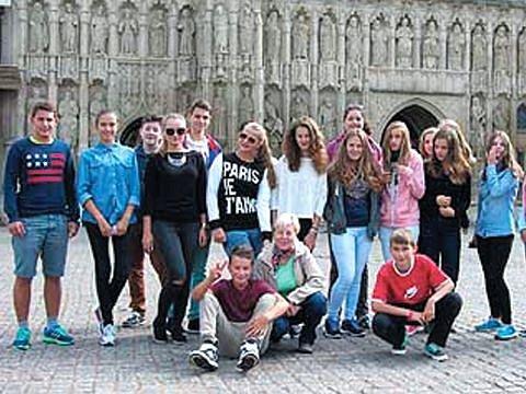 Cesta k jazykům se jmenuje projekt, který umožnil albrechtickým školákům během osmidenního pobytu poznávat Anglii a angličtinu.