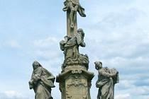 Dvanácté zastavení. Sousoší Ukřižování je velmi působivým dílem na Křížové cestě v Rudě u Rýmařova. Velmi působivý je i pohled do kraje z tohoto místa.