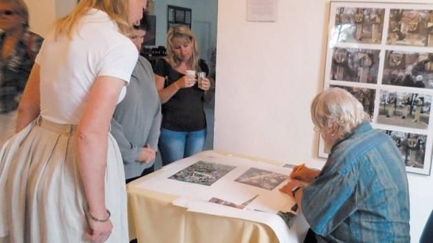 Autogramiáda na zámku představila Jiřího Bernarda. Návštěvníci si nechávali na památku podepsat reprodukce některých jeho děl.