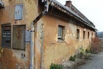 Budova vepřína v Nových Heřminovech. Nájemce měl zůstat v objektu vepřína podle smlouvy s Povodím Odry do konce roku, avšak bez přívodu elektřiny byl nucen jako zemědělec skončit.