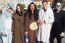 Na Poslední zvonění se studenti Gymnázia Krnov poctivě připravili. Před školou i v ulicích obveselovaly v pátek jejich masky kolemjdoucí, ti jim  přispěli do kasičky pár drobných na maturitní večírek.