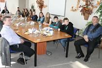 Vřelého přijetí se dostalo zástupcům Školního parlamentu ze Základní školy Okružní na radnici. V čele stolu starosta Petr Rys, vepředu zleva ředitel školy Leoš Sekanina.