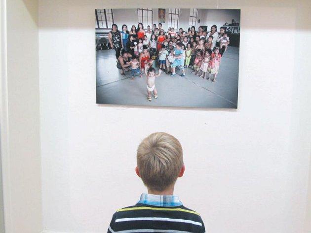 Romské děti a rodiny na fotografiích Jindřicha Štreita představuje výstava ve Flemmichově vile v Krnově.