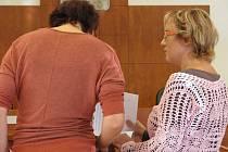 Obžalovaná Lucie M. (vpravo) manažerce bruntálského wellness centra u soudu ukázala, kde jsou podle ní na sjetinách z počítače chyby. Na tomto tvrzení staví i svou obhajobu.