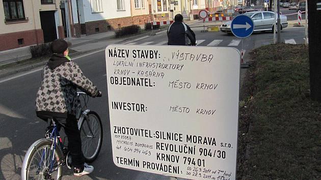 Město Krnov má rozjeto několik velkých investičních akcí, jako například budování infrastruktury v bývalých kasárnách. Kvůli tomu byla v těchto dnech uzavřena pro dopravu Albrechtická ulice.