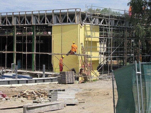 Na stavbě - takto vypadá v současné době bruntálský bazén. Jeho přestavba na moderní vodní svět je zatím ve fázi velmi hrubých prací.