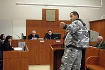 V maskáčích loupil i vypovídal. Stanislav Hruška u soudu ukázal, kterak z ramene strhnul kabelku důchodkyni.