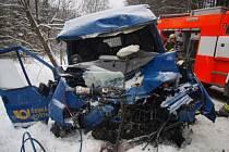 Dvě jednotky hasičů zasahovaly v úterý dopoledne u Karlovy Studánky u nehody velkého autobusu a poštovní dodávky Ford Tranzit.