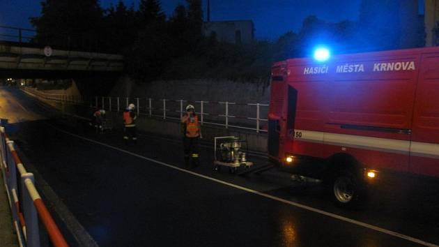 Albrechtickou ulici strážníci uzavřeli pro auta, aby z míst pod železničním viaduktem mohli hasiči odčerpat vodu.
