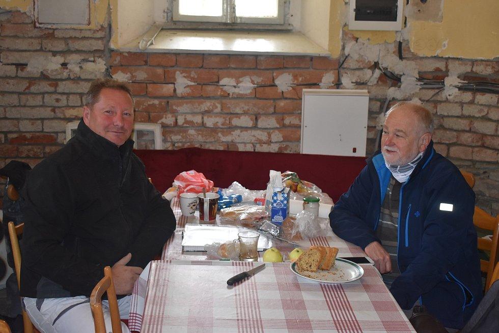 V Holčovicích se setkali v sakristii šéf party řemeslníků Jan Pečinka a farář Pavel Zachrla. Povídali si o kostelech, které oba tak dobře znají.