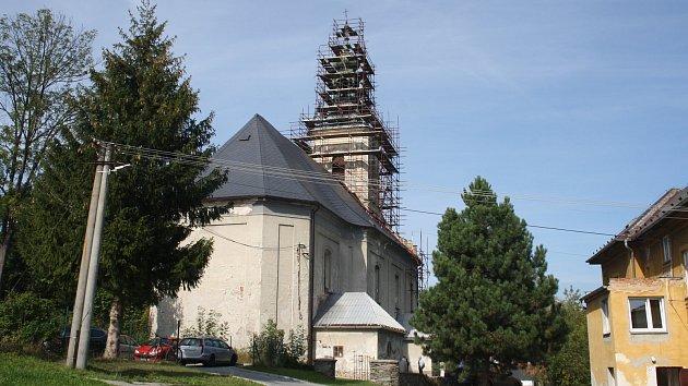 V katolickém kostele v Holčovicích byla 18. září odhalena deska na připomínku dvou evangelických kostelů, které byly zbořeny v roce 1974  v Dolních Holčovicích a ve Spáleném.  V kostele při té příležitosti mluvili o smíření Češi i Němci, katolíci i evange