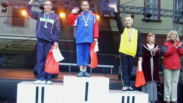 Veronika Kašpaříková na nejvyšším stupínku letní olympiády mládeže.