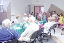 Seniorům zazpívali druháčci ze Základní školy Břidličná.