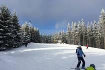 Lyžaři, běžkaři i ostatní rekreanti si ještě mohou užívat zimu v Jeseníkách. Některé zimní areály ještě fungují, připraveny jsou i běžkařské trasy.