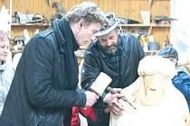 V ateliéru řezbáře Halouzky v Jiříkově si členové štábu vyzkoušeli práci s dlátem.