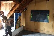 OBECNÍ DŮM v Lichnově se změnil v působivou galerii. Malíř Matěj Pernička, sochař Adam Rybka a fotograf Juraj Sosna využili celý objekt včetně půdy.