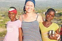 Pro většinu obyvatel Afriky je zdravotní péče nedosažitelný luxus. Zuzana Fajkusová se věnovala nejen léčení pacientů, ale také se zajímala o různé humanitární projekty, život sirotků, školství nebo fungování adopcí na dálku.