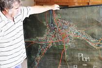 Historická mapa obce Ryžoviště v rukou amatérského historika Františka Rechtorika.