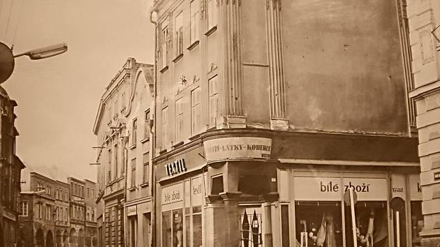 Hobzíková ulice, obchod s textilem u radnice. Vzadu podloubí.