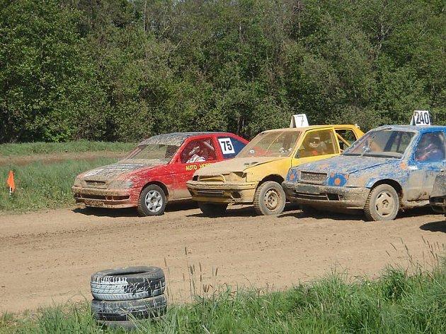 Závodní vozy na startu rýmařovského auto hobby crossu.
