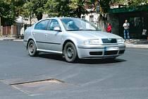 Pozor, kanál, varují spolujezdci řidiče projíždějící Jesenickou ulicí v Bruntále. Firma se zavázala v nejbližší době závadu na nové vozovce napravit.
