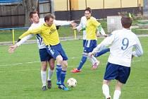 Cenné vítězství získali fotbalisté Rýmařova, když doma porazili Slavičín. Na snímku s míčem Tomáš Šupák.